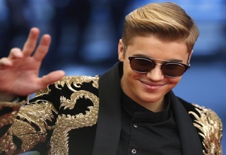 Bieber told to stop posing with exotic cats