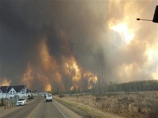 Wildfires cause chaos in Canada oil sands town