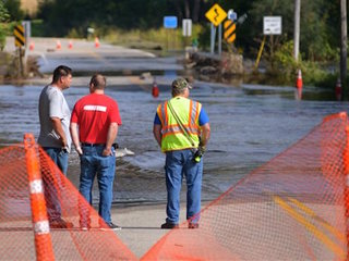 Residents evacuate Cedar Rapids amid floods