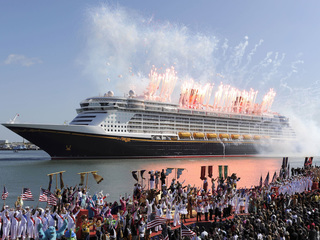 Why are mega-sized cruise bookings more popular?