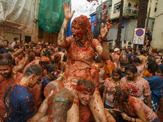 Thousands flock to Spain for huge tomato fight